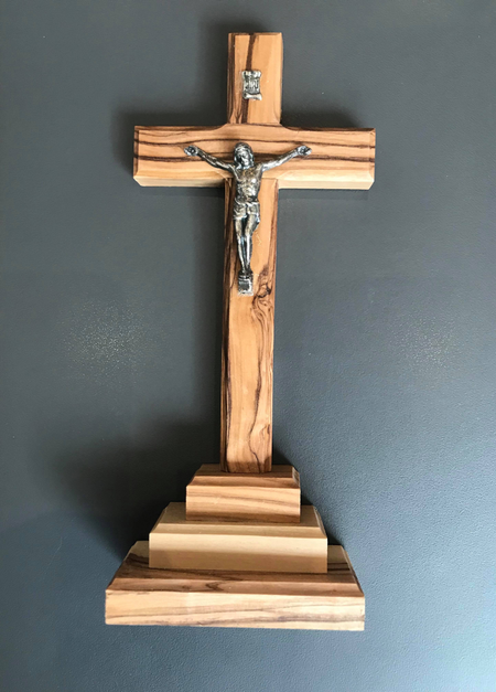 KRUISBEELD - staand met Christusfiguur - olijfhout