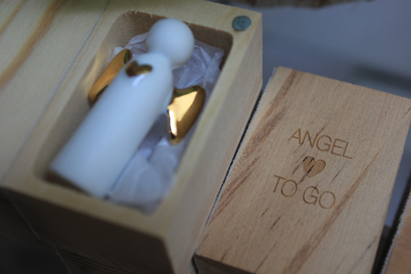 ANGEL TO GO - wit porceleinen engeltje met goud in houten kistje